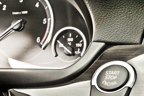 01_BMW_525d_Hertz_Immermannstraße_B87_WIndpark_EfficientDynamics_Cockpit_Drehzahlmesser_Startknopf