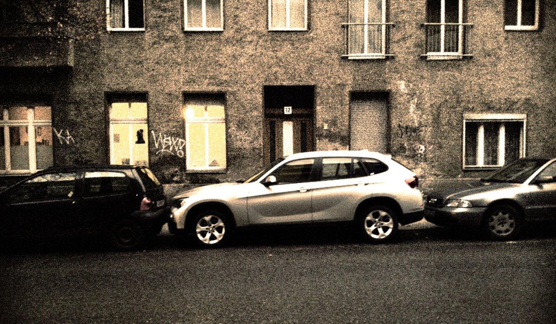 02_BMW_X1_HertzDüsseldorf_Immermannstrasse_Reutersrasse_Berlin_schmutzig_dreckig_arm_aber_reich