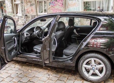 BMW 116i Facelift - viel Platz haben alle Passagiere nur, wenn der Fahrer niur durchschnittlich groß ist. Die Standard-Sitze sind okay, könnten aber einen anderen Bezug vertragen