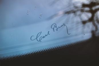 Einer der Ur-Väter luxuriöser Autos aus Stuttgart bewacht mit seiner Signatur die Frontscheibe.